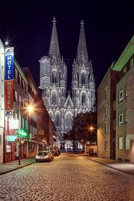 Immobilienmakler in Köln zeigt Dom